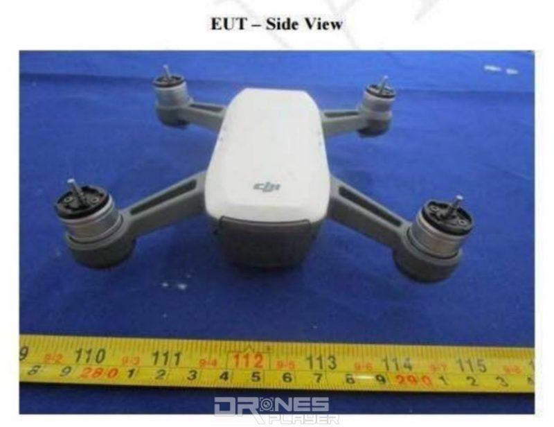 疑似是 DJI Spark 無人機機首上印有灰色的 DJI 標誌。