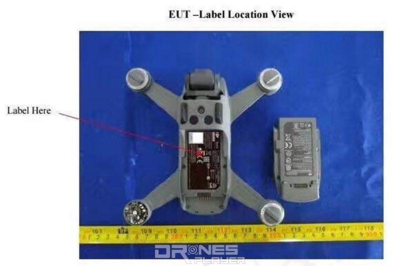 疑似是 DJI Spark 飛行器腹部中央位置可放入充電池。