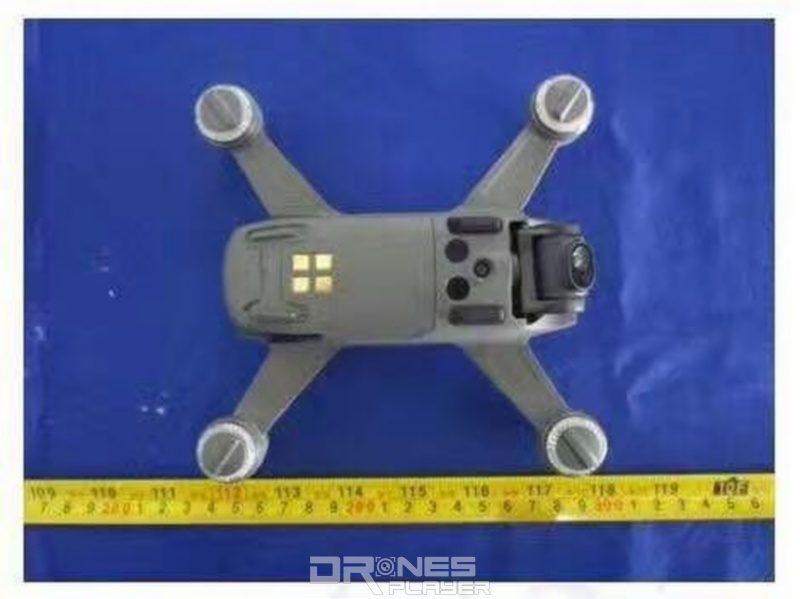 疑似是 DJI Spark 飛行器腹部近機尾處鑲嵌了四枚方形的金屬觸點。