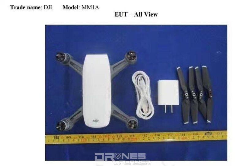 疑似是 DJI Spark 無人機與 USB 充電線、充電器、可折疊式槳翼擺放在一起的諜照。