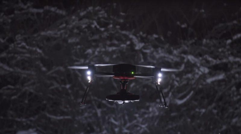 具有 2000 流明亮度的 SureFire LED 燈,安裝到 Draganfly Commander 無人機的相機雲台系統上,即可執行夜間搜救任務。