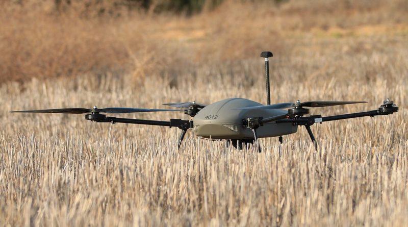 Thor 雷神無人機尾部插著長長的天線桿,訊號有效接收距離可達 10 公里。