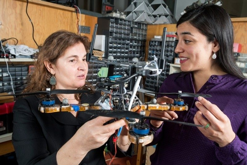 MIT 教授 Daniela Rus(左)和研究科學家 Stephanie Gil(右)在內的研究團隊開發出一項可抵禦駭客入侵集群無人機通信網路的資安技術。