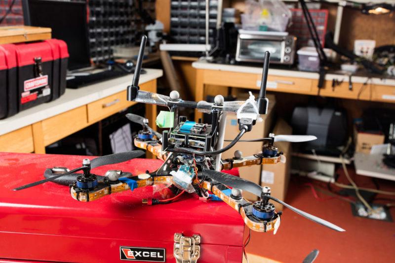 MIT 研究人員利用圖中的集群無人機進行防護測試,結果能成功辨別出網路中的偽冒設備。
