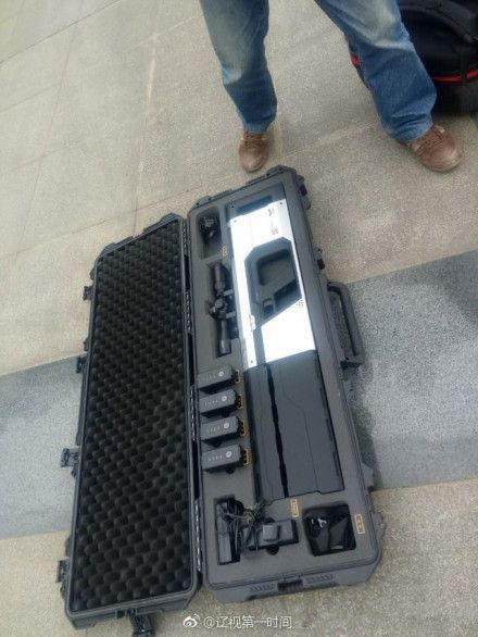武漢警方用的無人機反制槍價值 25 萬元人民幣。