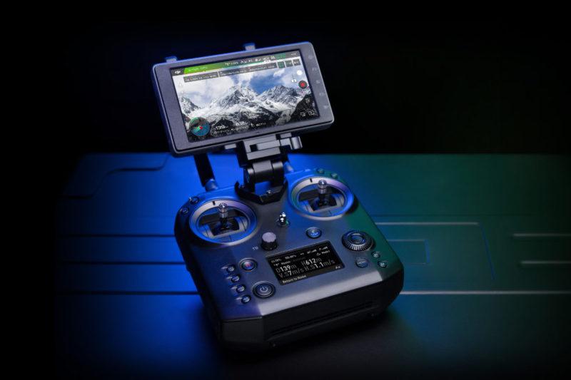 DJI Cendence 遙控器具備多個可編程的功能鍵和撥輪。