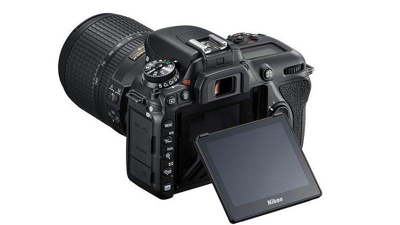 Nikon D7500 機背可翻轉式 3.2 吋屏幕的設計跟 D750 頗為接近。