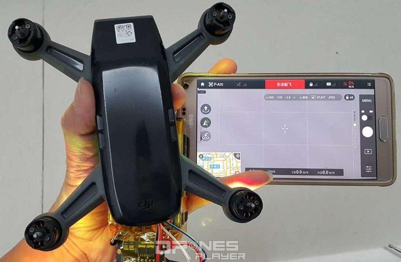 疑似 DJI Spark 飛行器與智慧型手機的大小對比。