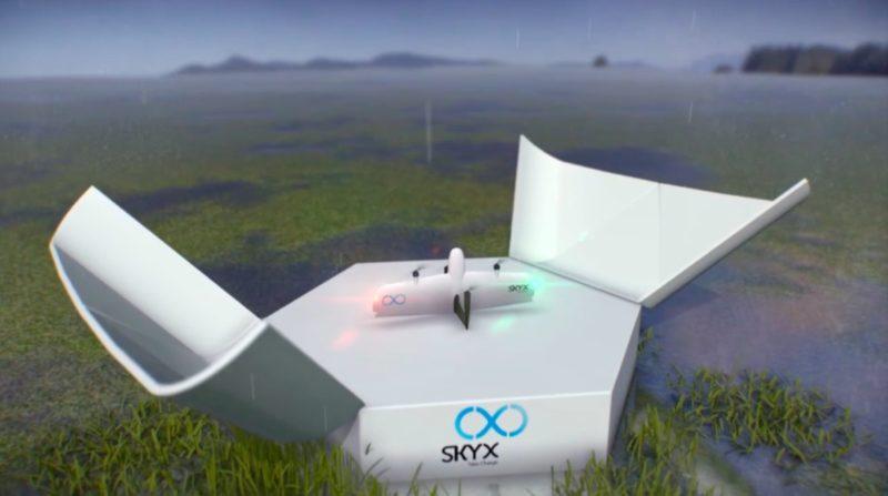 SkyOne 無人機充飽電後,專用充電站的上蓋便會打開,讓無人機垂直起飛。