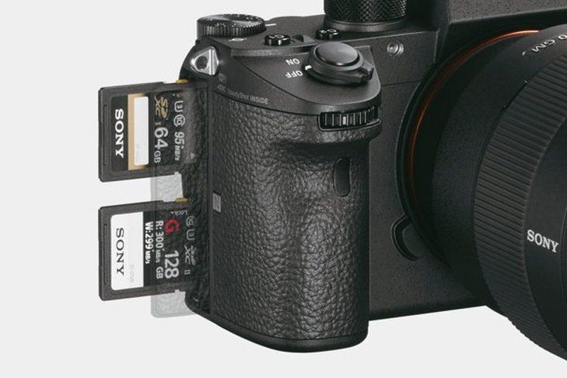 Sony A9 機側設有雙記憶卡插槽。