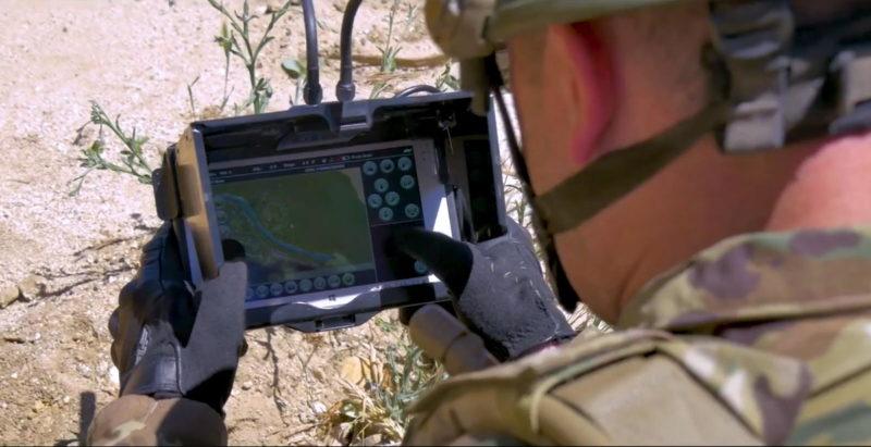 AeroVironment Snipe Nano 無人機附帶 MIL-STD 810 觸屏遙控器,可讓士兵觀看圖傳畫面和調整各項設定。