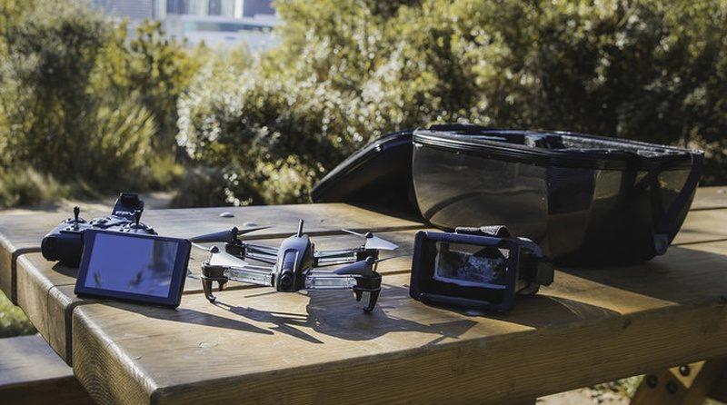 Bolt Drone 附帶顯示屏、FPV 眼鏡和遙控器三項主要配件。