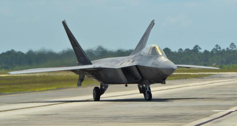 F-22 Raptor 單座隱形戰鬥機,長 62 呎,翼展 44.5 呎。(照片來源:Michael Fitzsimmons / Shutterstock.com)