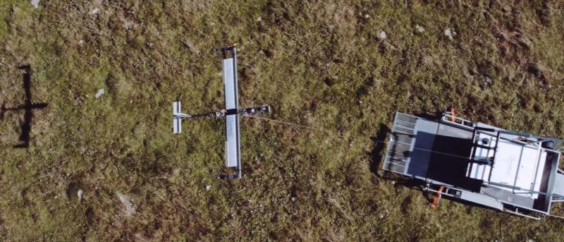 TwingTec TT100 固定翼無人機翼展長 15 米,機身繫上長達 500 米的纜線連接地面的風力發電機。