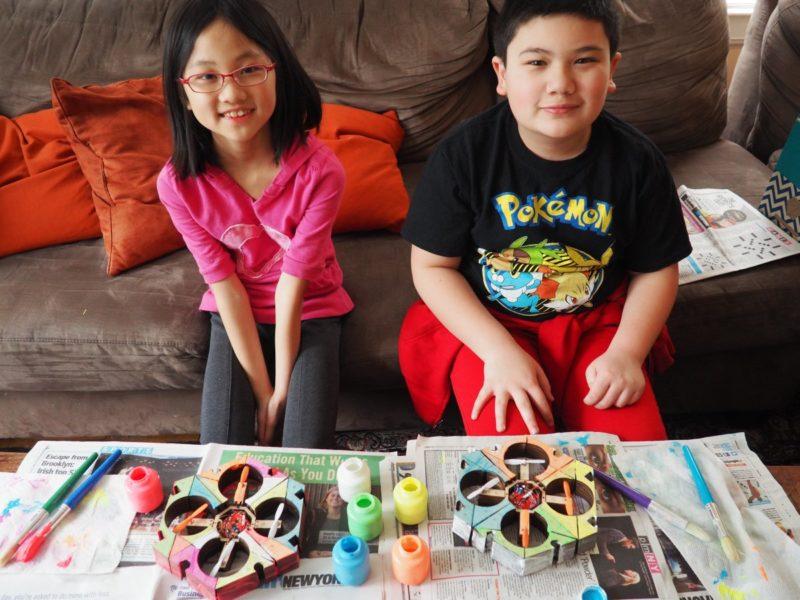 Beebot 無人機套裝內附五色顏料及畫筆,可讓小朋友在機體上塗上顏色,發揮創意。