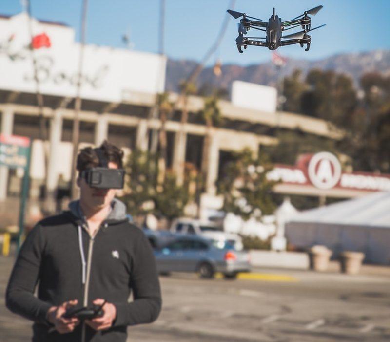 Bolt Drone 附帶的顯示屏可插入 FPV 眼鏡內,讓用戶體驗第一人稱視角的飛行操作方式。