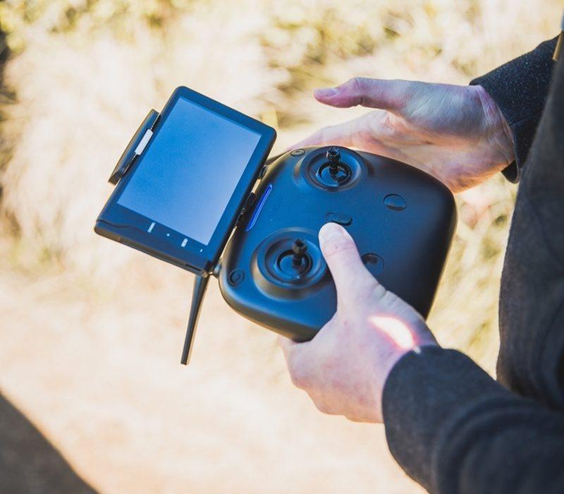Bolt Drone 附帶的顯示屏又可安裝在遙控器上方,提供空拍圖傳畫面。
