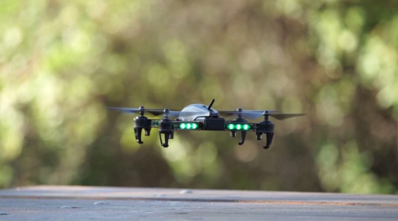 Bolt Drone 的每支機臂上均鑲嵌了一排 LED 燈,在飛行時顯得份外搶眼醒目!