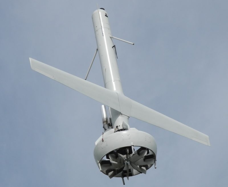 V-BAT 無人機機尾裝設大型導風扇式,在 Hirth 4201 EFI 汽油引擎驅動下,可提供垂直升力和水平推力。