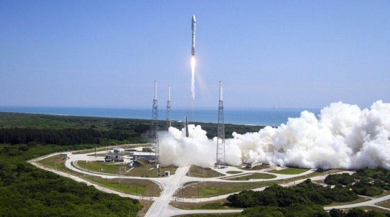 X-37B 太空無人機於 2015 年 5 月搭載擎天神 5 號火箭,在佛羅里達州的卡納維拉爾角空軍基地的升空情況。