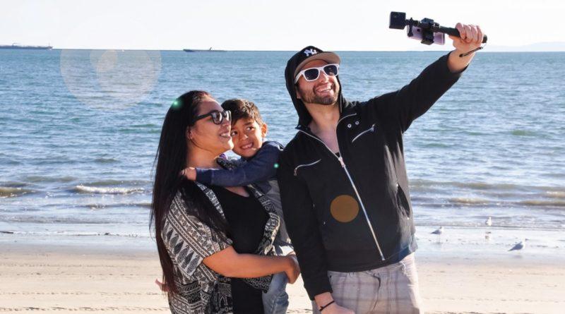 Cameo360 VR 相機搭配附帶的自拍棒,便能以手持方式拍攝。