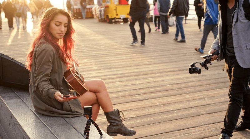 Cameo360 VR 相機具備Wi-Fi和藍牙連線功能,可透過《Flicksee》手機APP 操作及構圖拍攝。
