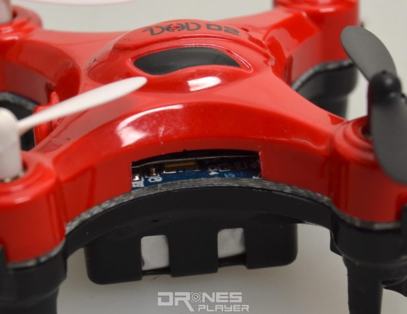 DHD D2 小型無人機可插入 Micro SD 記憶卡以供儲存空拍圖像。