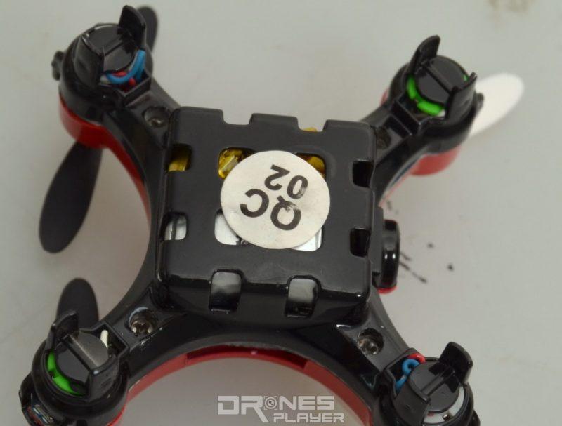 DHD D2 航拍機採用內建式 3.7V / 120mAh 電池,因其機體細小,故充電接口需外露於機身外。