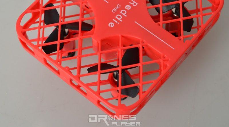 DHD D3 無人機設有方形保護罩包裹四軸槳翼,槳翼則採用三葉片式設計。