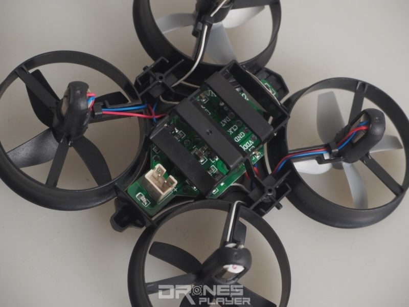 JJRC H36 穿越機的 PCB 部分外露,方便玩家進行改裝。