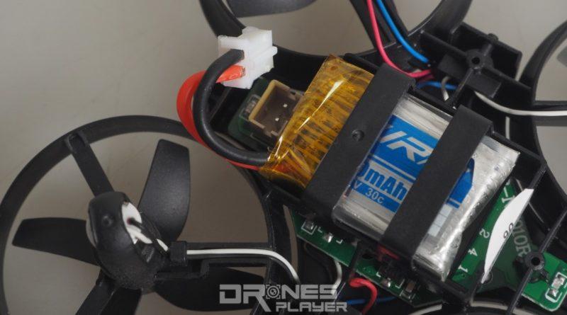 JJRC H36 穿越機不設獨立開關鍵,用戶要手動連接或鬆開電池連接線。