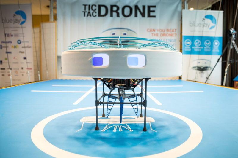 飛利浦照明(Philips Lighting)用可見光通訊技術遙控無人機玩井字過三關 - 無人機
