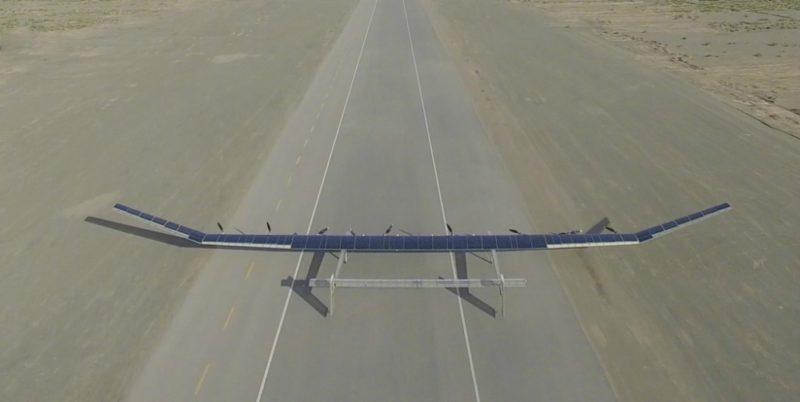 機翼上全是太陽能板,能夠吸收太陽能供電給無人機飛行。機上的主要零件均是中國製造。(圖片來源:翻攝自央視新聞官方微博)