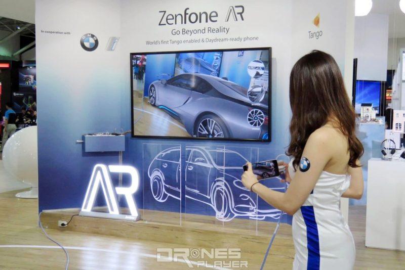參觀者可 ASUS 攤位上即場用 ZenFone AR手機觀賞合乎實際比例的 BMW i8 混能車。