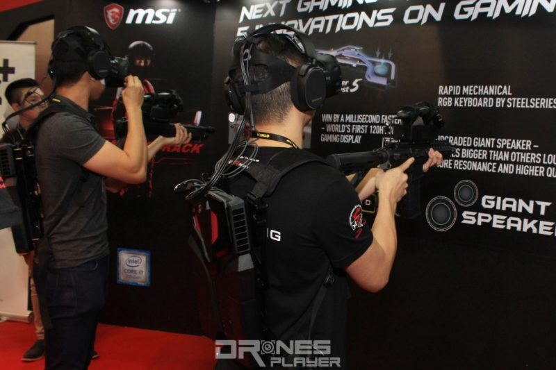 MSI VR One 背包電腦可連接 VR 眼鏡及擬真電動槍枝,玩 VR 射擊遊戲時更具手感。