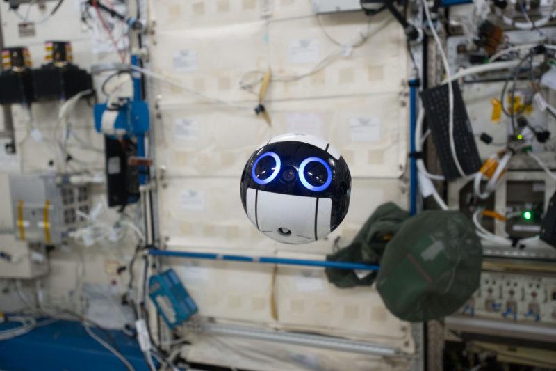 在國際太空站的 Int-Ball 無人機 - 正面(照片來源:JAXA/NASA)