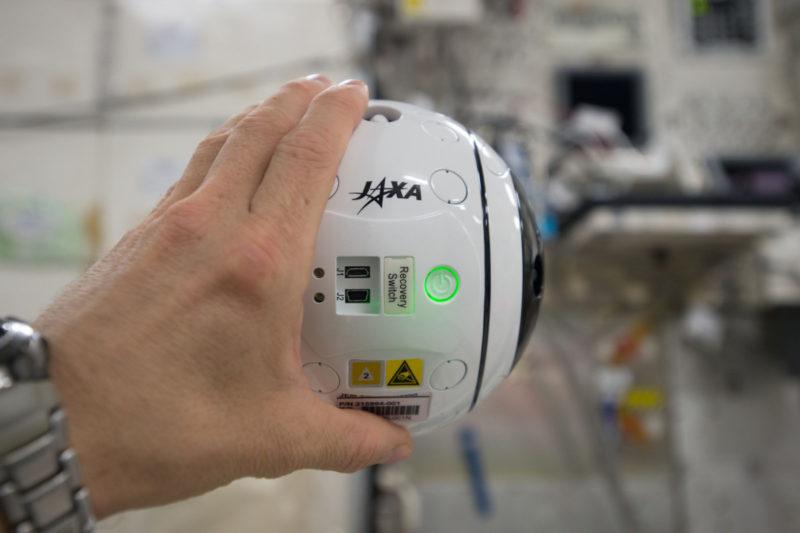 在國際太空站的 Int-Ball 無人機 - 握在手中(照片來源:JAXA/NASA)