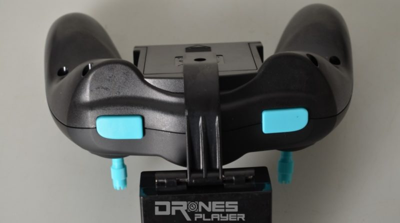 JXD 515W 遙控器頂部兩側分別設有速度切換及一鍵 3D 翻滾功能鍵。