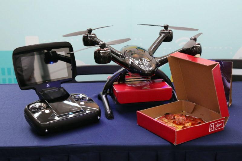 XDynamics Evolve 無人機、遙控器、美心薄餅盒