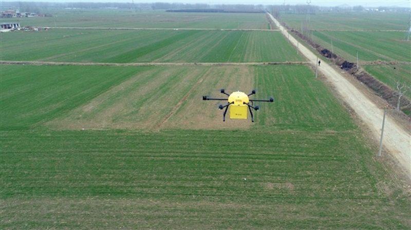 蘇寧空中智慧物流的無人機在安徽靈璧縣飛過。