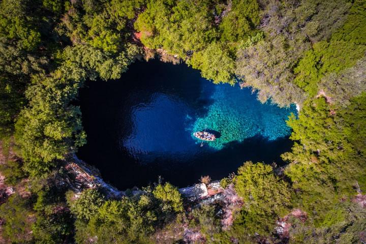 乘船遊覽希臘的凱法利尼亞島上的梅利薩尼山洞。(作者:Calin Stan)