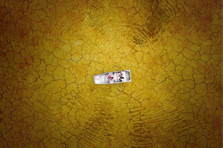 伯克湖上的家庭在划船,看起來像一個乾燥泥土上航行。(作者:MiloAllerton)