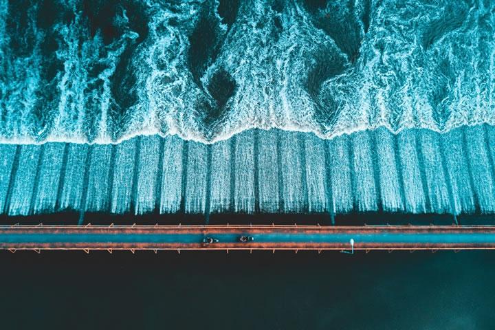 在泰國清邁,兩輛滑板車過橋。(作者:tominspires)