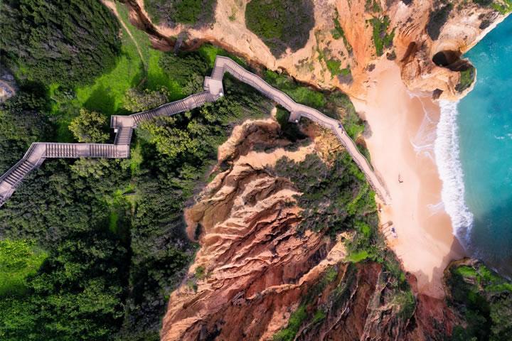 通往葡萄牙阿爾加維最美麗的海灘之一的長長樓梯。(作者:jcourtial)