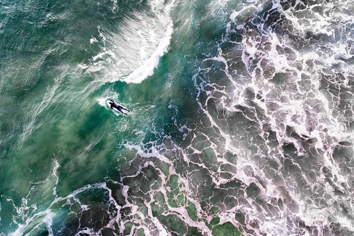 冒著 2 月份寒冷的葡萄牙衝浪者。(作者:jcourtial)