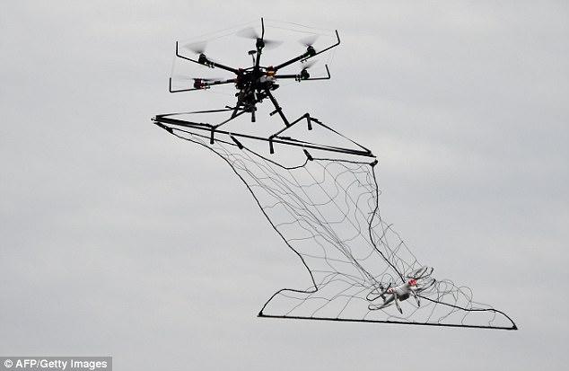 圖為日本警方 2015 年演習中曝光的「撒網」反無人機技術。
