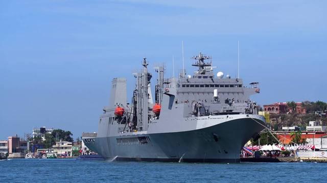 經對比後,影片中的軍艦應為海軍油彈補給艦磐石軍艦。