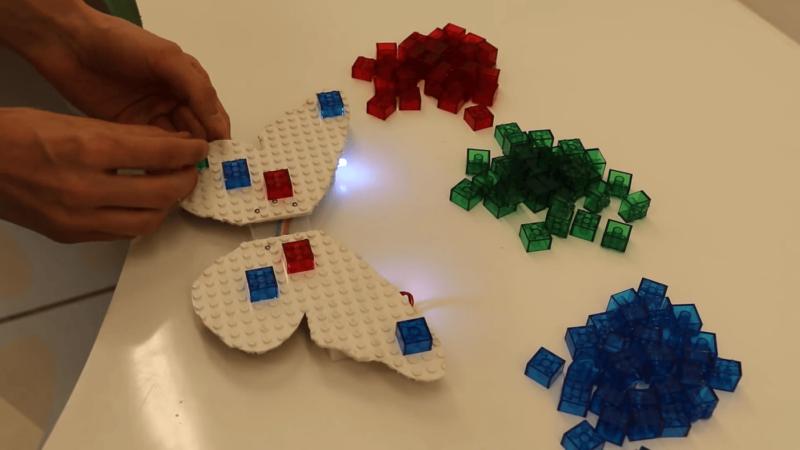 無人機依照遙控器上的方塊組合排成蝴蝶形陣式。
