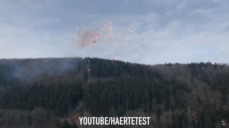 無人機隨煙花火箭衝上天。