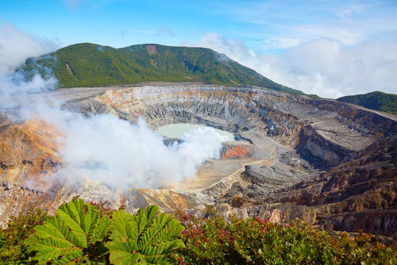 研究團隊用 Black Swift S2™ 量度由火山口噴出的二氧化碳和水蒸氣,助研究火山活動。